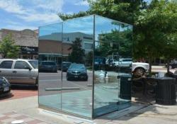 Il curioso wc pubblico dalle pareti in vetro specchiato è stato installato in pieno centro a Sulfur Springs, in Texas