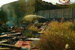 Fiamme in un campo rom abbandonato, le immagini da Catania