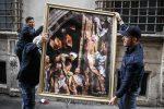Agenti rimuovono il quadro incorniciato ''L'incendio del Nazareno