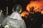 Auto carica di pneumatici data alle fiamme per incendiare un bar a Gela