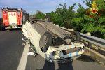 Perde il controllo dell'auto e si ribalta, incidente con 2 feriti in autostrada a Motta Sant'Anastasia