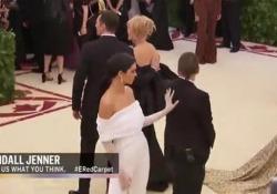 La modella americana colta in un gesto rude al Met Gala