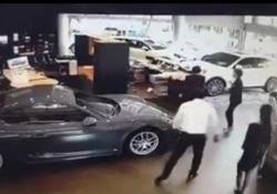Un uomo d'affari di Taiwan ha perso letteralmente la testa quando si è reso conto che la favolosa Porsche Panamera Sport Turismo nuova di zecca non aveva tutti gli optional richiesti. arrestato