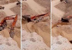 Un operatore alla guida su un tratto in pendio di una cava