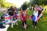 Migliaia per le strade a Windsor, milioni davanti alle tv: è il giorno delle nozze di Harry e Meghan