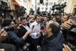 Matteo Salvini cammina a piedi nei pressi del Pantheon