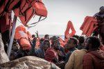 Migranti, salvati in 73 su gommone alla deriva al largo della Libia: oggi l'arrivo a Messina