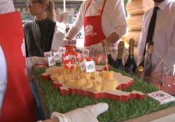 Milano, la chiatta «svizzera» del gusto attraversa la Darsena con i suoi formaggi