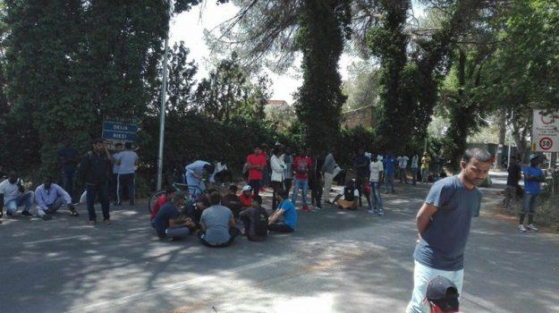 protesta centro d'accoglienza caltanissetta, Caltanissetta, Cronaca