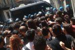 Giro d'Italia, manifestanti filo-palestinesi protestano a Catania contro Israele