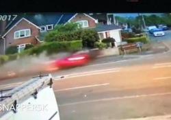 Le immagini riprese da una telecamera di sorveglianza su una strada in Inghilterra