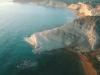 Una scogliera bianca sprofonda in un mare blu: lo spettacolo di Scala dei Turchi visto dal drone