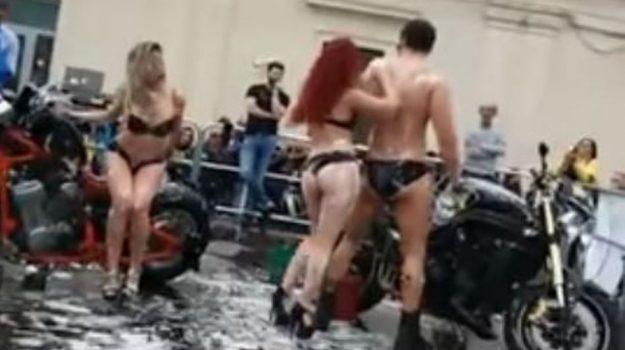 Sexy bike wash ad Avola, il video dell'esibizione hot: sanzionato l'organizzatore