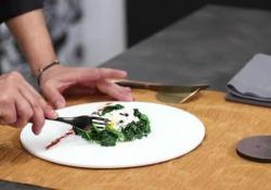 Uovo poché con crema al parmigiano e spinaci saltati