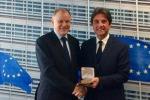Il commissario Andriukaitis con Roberto Pella - fonte: pagina Facebook di Roberto Pella