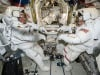 Gli astronauti Jack Fischer (a sinistra) e Peggy Whitson protagonisti di una nuova passeggiata spaziale (fonte: NASA TV)
