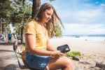 Ragazza con diabete in spiaggia