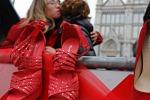 l'immagine di un  flash mob a Firenze con scarpe e fiori rossi contro il femminicidio