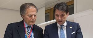 Il presidente del Consiglio Giuseppe Conte e il ministro degli Affari Esteri Enzo Moavero Milanesi durante il vertice Ue