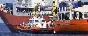 I migranti dell'Aquarius saranno trasferiti a Malta e poi distribuiti in 4 paesi dell'Ue, Macron attacca l'Italia