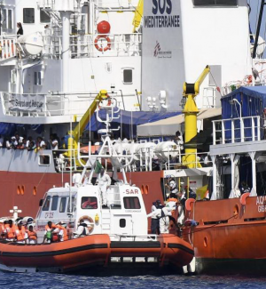 L'Aquarius arriva a Valencia, i 629 migranti sbarcano dopo nove giorni in mare