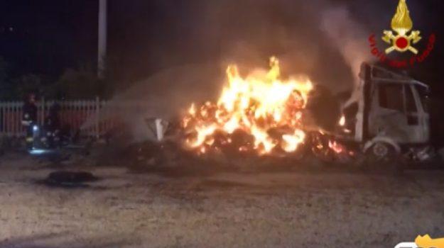 Incendio a Mezzojuso, in fiamme un camion pieno di fieno