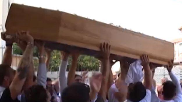Incidente a Palermo, lacrime e disperazione per i funerali di Piero Torres