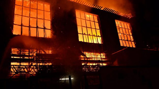 A fuoco scuola d'arte più famosa al mondo: da Glasgow le foto del rogo