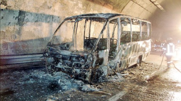 autostrada palermo catania, Furgone in fiamme A19, Sicilia, Cronaca