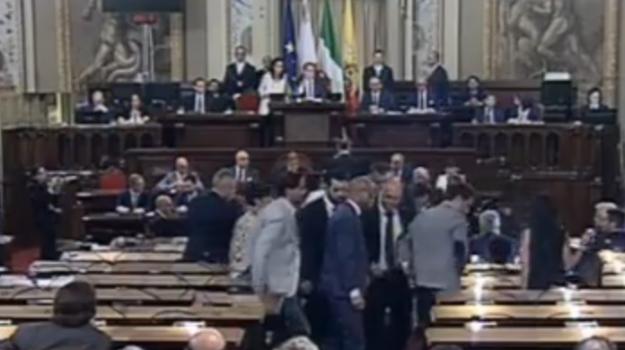 Aquarius, il presidente di Malta parla all'Ars e i deputati M5s escono dall'aula per protesta
