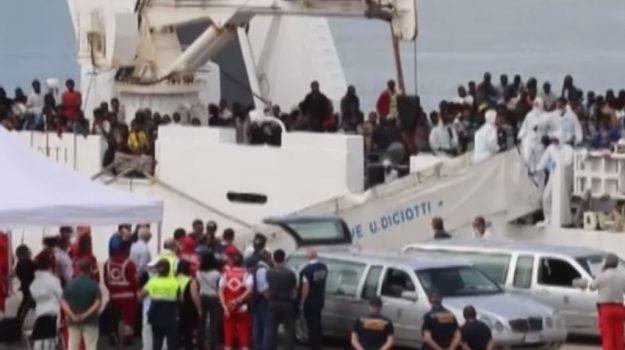 Immigrazione, arriva a Catania nave con 932 profughi