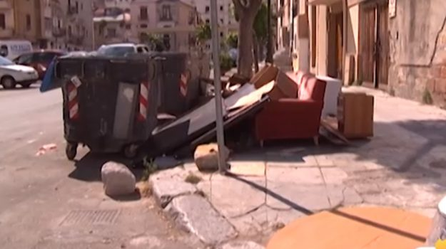In aumento i rifiuti ingombranti abbandonati a Palermo: le segnalazioni