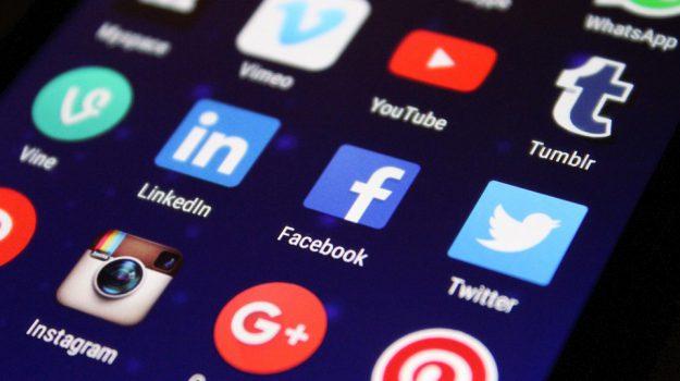 facebook social network, Sicilia, Società