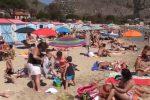 """Una domenica tra i bagnanti a Mondello: """"Acqua pulita, ma spiaggia sporca"""""""