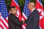 Storico incontro tra Kim e Trump, una stretta di mano attesa da 70 anni
