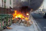 Rogo di rifiuti a Brancaccio vicino ai binari del tram, in fiamme anche una fermata degli autobus
