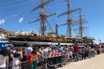 Lunghe file per visitare l'Amerigo Vespucci al porto di Palermo