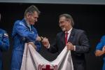 Nespoli riconsegna bandiera Croce Rossa portata nello spazio