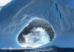 Il blocco di ghiaccio più fotogenico del pianeta galleggia al largo della costa di Terranova, in Canada