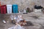 Giacigli fra i rifiuti e cibi scaduti per i migranti, le immagini del centro di accoglienza di Latina