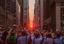 """Il """"Manhattanhenge"""", cioè quel fenomeno (molto fotogenico) che incrocia natura e schema urbano della Grande Mela"""