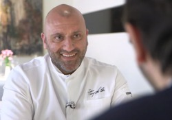 Autodidatta, 43 anni, ha ottenuto una stella Michelin con il suo ristorante i Pupi nel centro di Bagheria (Palermo)