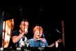 Ed Sheeran e Robbie Williams cantano insieme Angels, il duetto è da brividi