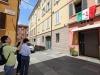 Turisti fotografano lesterno lOsteria Francescana, il locale modenese di Massimo Bottura, incoronato dalledizione 2018 del 50 Best Restaurant bissando la vittoria del 2016