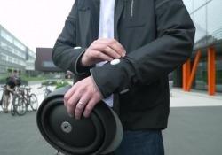 L'idea è venuta a un gruppo di dipendenti appassionati di bici. Frecce, stop, auricolari ossei integrati. Connessa allo smartphone, trasmette le indicazioni del navigatore facendo vibrare le maniche. Le immagini dei test di Londra