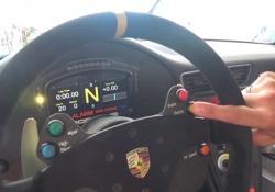 Il giovane pilota della Carrera Cup ci fa scoprire tutti i particolari dell'auto da corsa e ci dà i consigli sulla gara: tra poco tocca a Maurizio Spinali , giornalista del Corriere Motori, andare in pista