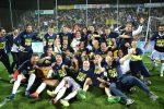 I giocatori del Parma festeggiano la promozione in Serie A al termine della partita contro lo Spezia