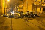 Rifiuti a Porto Empedocle, cittadini in rivolta: strada sbarrata con i sacchi della spazzatura