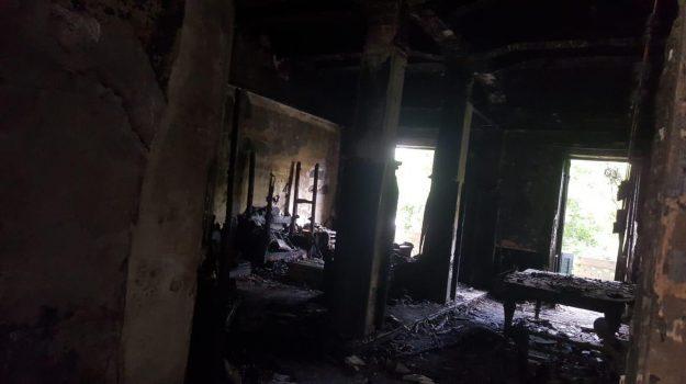 L'interno dell'appartamento dopo l'incendio