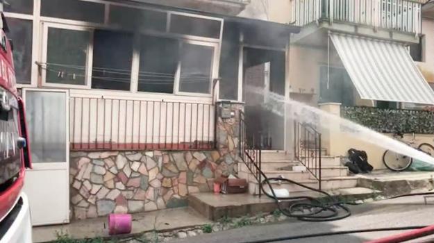 Palermo, incendio in via Villagrazia: appartamento in fiamme